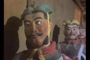 有爱上手的游客,就有山寨兵马俑