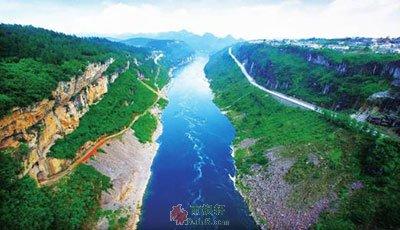 河在峰头上流过